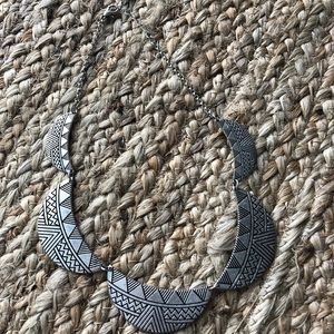 Jewelry - Silver tone statement necklace collar length